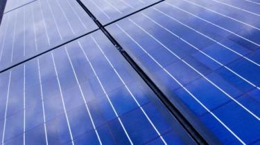 Skønt der etableres solceller som her på den gamle porcelænsfabrik i Valby lader regeringens plan for omlægning til vedvarende energi meget tilbage at ønske, mener Greenpeace.