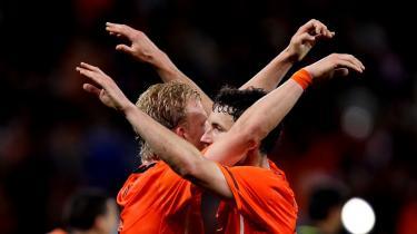 Sejr? Hvis Holland ender med at løfte pokalen på søndag, vil det i høj grad fremstå som en triumf for van Bommel (th.) Den temmelig upopulære spiller har udført sin opgave så effektivt, at han nu nævnes blandt kandidaterne til udnævnelsen som turneringens bedste spiller. Men til trods for dette vil det alligevel være trist, hvis lige netop han - og den illusionsløse og ultrapragmatiske stil, som han repræsenterer - bliver belønnet med guldmedaljerne i morgen aften.