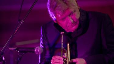 Fredag aften var der grund til at beundre Palle Mikkelborg både som iscenesætter, men så sandelig også som melodisk skaber med stor overskud, da han som (næsten) dansk rosin i den internationale festival-pølseende indledte den københavnske jazzfestivals sidste weekend med en kvartet med Marilyn Mazur, guitaristen Mikkel Nordsø og harpenisten Hellen Davies. Billedet her er fra en tidligere koncert.