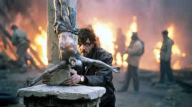 Filminstruktøren Emir Kusturicas film efter den jugoslaviske borgerkrig er ikke så svære at tolke, mener forfatteren Jens-Martin Eriksen: De er en slags fortsættelse af krigen og en retfærdiggørelse af serbernes rolle i den.   Her er er instruktøren selv fotograferet under optagelsen af en scene i 'Underground', hvor hans ene serbiske protagonist foretager en blodig etnisk udrensning i en landsby, og hans mænd myrder den anden serbiske hovedperson: En skruppelløs, bedragende våbenhandler.