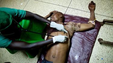 En læge tilser et af ofrene for de to bombesprængninger, der dræbte over 70 mennesker samlet for at se VM-finale i Kampala i Uganda. Den somaliske al-Shabab-bevægelse har påtaget sig ansvaret. 'Ethvert land, der involverer sig i Somalia, bliver selv et terrormål', siger terrorforsker Ann-Sophie Hemmingsen fra Dansk Institut for Internationale Studier, om angrebet i Uganda, et land der har leveret flere tusinde soldater til den Afrikanske Unions styrker i Somalia.
