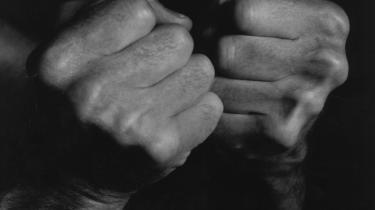 Jeg fortryder, at jeg ikke åbnede mine hænder den dag, jeg skulle sige rigtig farvel til min mor. At jeg ikke lod varmen fra den tynde hud i håndfladen strømme mod min mor, på præcis samme måde som hun lod sin kropsvarme strømme mod mig, skriver Jesper Larsen.