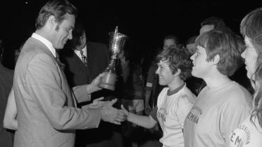 Prins Henrik hilser på målscorerne, Helene Østergård Hansen og Maria Sevcikova, efter kvindelandsholdets sejr på 2-0 over Italien i VM-finalen i 1970.