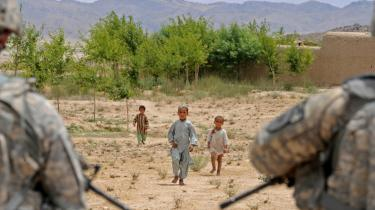 Taleban og andre væbnede grupper rekrutterer nu børn og bruger dem som vagter og selvmordsbombere. Fattigdom tvinger mange familier til at sende deres børn i krig.