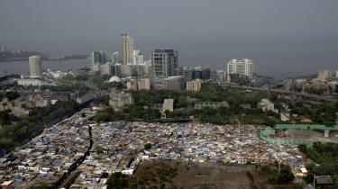 Mumbai er drømmenes by, hvor lykken kan skabes af en selv. Den illusion får hver dag fattige fra Indiens landområder til at flytte til i håbet om et bedre liv. Men drømmen går sjældent i opfyldelse