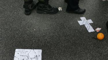'Kuglen ramte i matrix', står der på sedlen for politimændenes fødder. Drabet på den 15-årige dreng Alexis Grigoropoulos og de ansvarlige politifolks forklaringer bagefter har igangsat nye venstre-orienterede terrorgrupper i Grækenland.