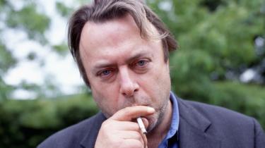 I Christopher Hitchens første år som journalist var det ikke let at få et ry for at drikke tæt i Londons gamle aviskvarter, hvor de mest hærdede spildte mere, når de forsøgte at bringe glasset til læberne, end de fleste drak på en uge. Men han klarede det.