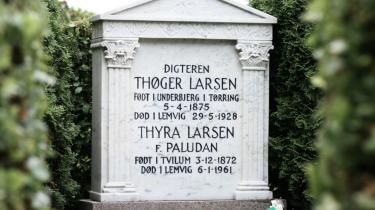 Evighed. Digter Thøger Larsen ligger begravet ved siden af sin kone Thyra. Men rimede de to lige så overbevisende som digterens vers? Rygter vil vide, at en veninde i Kerteminde, Ellen Sawyer, var Thøgers elskerinde, mens ægteskabet med Thyra var en økonomisk og standsmæssigt fordelagtig ordning. Men ingen kan eller vil bekræfte historien endeligt.