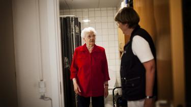 Ruth Olesen er 80 år og kan klare sig selv i eget hjem. I Fredericia kommune har man et specielt program, hvor man gennem samtaler og visitation formår at holde de ældre længere tid i eget hjem og derfor ude af plejehjemmet. Visitator Annelise Skibsted hjælper med at anslå, hvordan kommunen kan hjælpe Ruth Olesen og andre med at hjælpe dem selv.