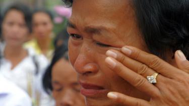 I anledning af det FN-støttede krigsforbrydertribunals første dom samledes 150 tidligere ofre for De Røde Khmerer i går foran et af regimets daværende fængsler. Tribunalet er en hybridkonstruktion, den første af sin slags, bestående af såvel internationale som cambodjanske dommere.