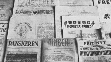 Kort efter De frie Danskes debut i december 1941 kommer bladgruppen i kontakt med den danske faldskærmsmand Mogens Hammer, som i juledagene kastes ned med fly fra England