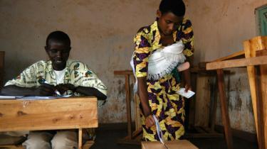 Når befolkningen i Rwanda går til valg i næste måned, ser det pænt ud på overfladen. Siden præsident Kagame kom til magten i 2003, er der kommet asfalt på vejene, offentlig sygesikring og uddannelse til alle. Til gengæld bliver styret mere totalitært, og markante modstandere er ryddet af vejen inden valget.