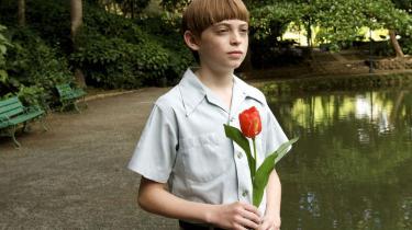 Dylan Riley Snyder som drengen Timmy er rørende - en 12-årig, der forsøger at finde ud af, hvad rollen som mand indebærer.