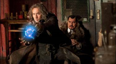 'Troldmandens lærling' vil gerne overtrumfe 'Harry Potter', men mangler den charme, der kan få de vilde, sært mekaniske påfund til at glide ned