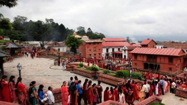 Nepalesere ved Pashupati templet for at ofre helligt vand til guden Shiva. Hindu kvinder bærer altid rødt tøj og grønne og gule armbånd.