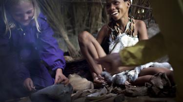 Buskmænd fra Namibia har i denne uge været på besøg i Sagnlandet Lejre. De skal vise, hvordan man levede som jægere og samlere i stenalderen.