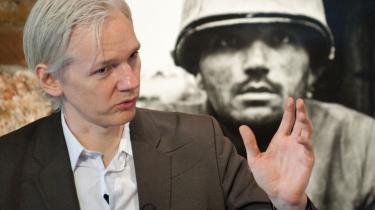 Wikileaks grundlægger, Julian Assange, har med skabelsen af sit whistleblower-website, skabt  idealet om en en informations-gennemskuelighed, som oplysningssamfund bygges på, mener tilhængere, mens andre dels mener, at det uundgåeligt ville være kommet under alle omstændigheder med nettets muligheder - eller at de traditionelle medier lige så godt kunne udfylde samme funktion.