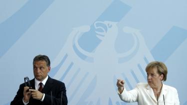 Ungarn vedtog i juli at pålægge banker, forsikringsselskaber og andre finansinstitutioner en beskeden skat på 0,5 procent af deres aktiver. Det har udløst kraftige reaktioner. Her er den ungarske regeringsleder, Viktor Orban, sammen med den tyske kansler, Angela Merkel.