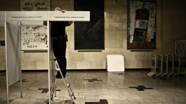 En medarbejder stiller op til kommunalvalget sidste år på Frederiksberg Rådhus. Engang havde lokalvalg næsten lige så høje stemmetal som landsvalgene, men i takt med at de lokale politikere har fået mindre indflydelse, og lokalpolitik er blevet mindre attraktivt, er stemmetallet faldet - og ligeså den direkte indflydelse, borgerne kan få ved at engagere sig i politik.