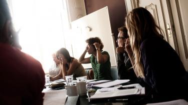 Forfatteren Mette Kappel gestikulerer, mens hun underviser sommerkursister på Borups Højskole, landets eneste storbyhøjskole.
