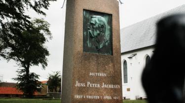 Restaurering. Dronningen var nyligt på besøg på Thisted Museum, og i tilfælde af at hun skulle komme for skade at kigge ud af vinduet og opdage J.P. Jacobsens grav bagved, blev den shinet op.
