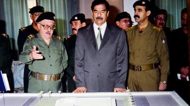 'Jeg bad Saddam Hussein om at lade være med at invadere Kuwait. Men jeg var nødt til at støtte flertallets beslutning. Da beslutningen var truffet, sagde jeg til ham, at det ville føre til en krig mod USA, som ikke ville være i vores interesse,' siger Tariq Aziz (t.v.), der her ses sammen med Saddam Hussein i september 2001.
