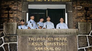 Politiet foran Brorsons Kirkens hovedindgang under anholdelsen af irakere i Brorsons Kirke på Nørrebro i København natten til torsdag den 13.august 2009. 20 af de cirka 60 afviste irakiske asylansøgere, der søgte tilflugt   i Brorsons Kirke, har ifølge oplysninger fra Kirkeasyl nu opholdstilladelse i Danmark