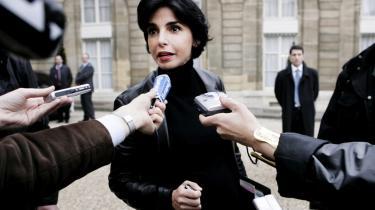 Droppet. Den tidligere justitsmininster Rachida Dati er en af bogens mange medvirkende politikere. Dårlig reformhåndtering og for mange forsider om personligt forbrug fremfor om politik fik til sidst præsidenten til at droppe hende som minister.