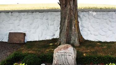 Forfatterne Thorkild Bjørnvig og Thorkild Hansen boede på tilstødende grunde på Samsø og ligger i dag begravet side om side på øen. De holdt af Nietzsche og af naturen, men så hører lighederne også op. For hvor den ene i Samsø fandt et sted at høre hjemme, fandt den anden et sted for sin hjemløshed