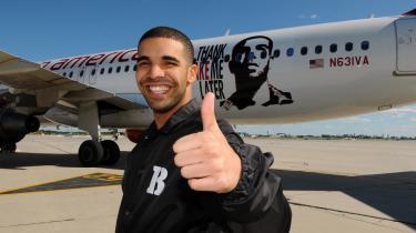 Den canadiske pophop°©sensation Drake nyder stor suc°©ces for tiden. Og selskaber st?r i k©™ for h©™ste sangerens succes.  Her promoverer Drake ?bningen af Virgin Airlines nye flyruter.