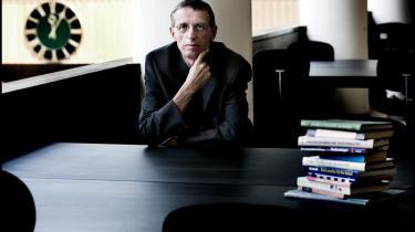 Dekan på Danmarks Pædagogiske Universitet Lars Qvortrup blev først kritiseret for at have fyret to filosoffer. Nu har han genansat dem, men bliver igen kritiseret. Ledelsen forsøger at lukke ned for en vigtig principiel diskussion, lyder anklagen.