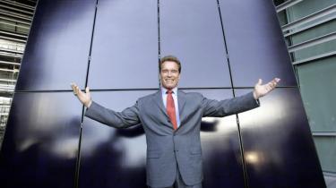 Den afgående californiske guvernør Arnold Schwarzenegger foran et solenergianlæg i 2006, efter at han havde underskrevet en lov, som skulle fremme brugen af solenergi i staten. Nu risikerer alle de progressive grønne tiltag at falde   på gulvet.