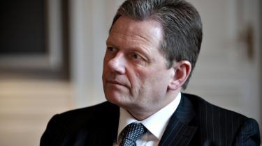 Ifølge justitsminister Lars Barfoed skyldes forsinkelserne i de digitale tinglysninger i høj grad, at Domstolsstyrelsen fejlvurderede behovet for mandskab, og han afviser, at styrelsen ikke kunne få de medarbejdere, de ville have.