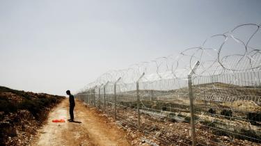 Adskillelsen. Den fysiske afsondring af de palæstinensiske områder har ikke kun markeret en skarpere grænse, den er også ved at forandre mentaliteten blandt de udelukkede, skriver Lasse Ellegaard.
