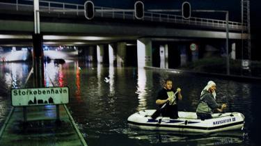 Efter forrige weekends store oversvømmelser skændes kommunerne og miljøministeriet om, hvem der har svigtet renoveringen af kloaksystemet.