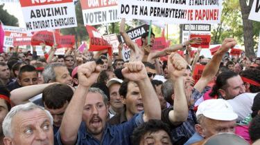 Tilhængere af den albanske opposition, som har boykottet arbejdet i parlamentet siden valget sidste år, er på gaden for at udtrykke deres frustrationer. Det er uholdbart, at landet ikke har et fungerende parlament, og EU kunne med fordel forsøge at mægle, mener Erik Boel og hans medskribenter.