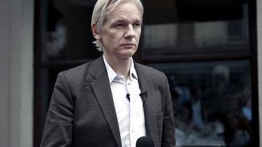 Grundlæggeren af den omstridt hjemmeside WikiLeaks har hyret kendt svensk forsvarer, og truer nu med at slippe flere hemmelige CIA-papirer ud