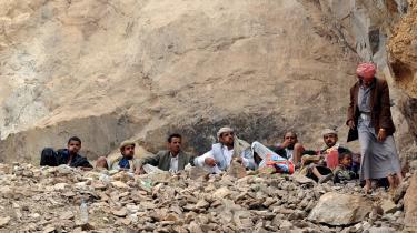 Bjergbeboere i det område i Yemen, hvor al-Qaeda er rykket ind. De lokale beduiner accepterer al-Qaeda-krigerne i en verden, hvor stammerne ofte ligger i krig med hinanden. Men det er farligt at have jihadisterne som naboer, når de er eftertragtet af verdens mægtigste militærmagt.