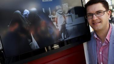 Sverigedemokraternas partiformand Jimmie Åkesson foran den reklamefilm, som svensk TV4 ikke vil vise. Partiformanden mener, at de svenske medier kører en hetz mod partiet.