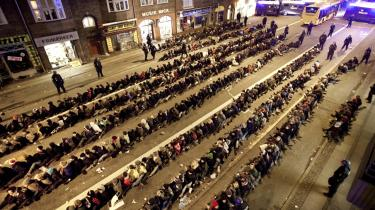 Politiet frihedsberøvede i alt 905 personer, der blev sat i rækker.