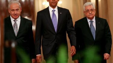 Fredsprocessen mellem israe°©lere og pal©°stinensere forts©°tter om to uger. USA°Øs Barack Obama imellem Israels regerings°©chef, Benjamin Netanyahu (tv.) og det Pal©°stinensiske Selvstyres pr©°sident, Mahmoud Abbas.