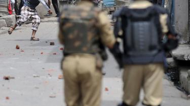 Unge mænd fra Srinagar i Kashmir kaster sten mod indiske soldater. Den 3. september blev 24 såret i sammenstød mellem muslimer og soldater. I de seneste måneder er 65 blevet dræbt.