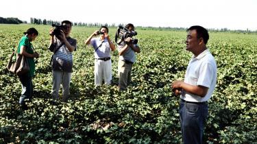De vestlige mediers tilstedeværelse på turen til Vestkina bruges til at illustrere regeringens åbenhed overfor den kinesiske befolkning. Her filmer kinesiske medier os, mens vi interviewer en formand ved en statsejet farm i byen Shihezi i Xinjiang.