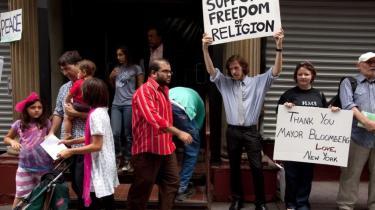 26-årige Matt Sky (med skiltet hævet) har i tre uger demonstreret for religionsfrihed foran den bygning, hvor den planlagte moské skal ligge. 'Vi bygger et frihedstårn, men gælder friheden ikke to boligblokke væk?' spørger han retorisk.