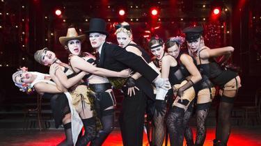 Strømpebåndene er skruppel-løse i Glassalens fængende opsætning af 'Cabaret'.