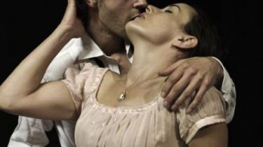 Nicolai Dahl Hamilton som den unge Werther og Maria Rossing som Lotte i 'Den unge Werthers lidelser'.