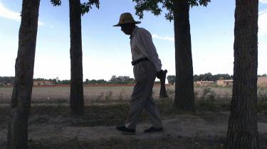 En hankinesisk landmand inspicerer sine marker i byen Shihezi, hvor 95 procent af indbyggerne nu er hankinesere, der er efterkommere af indvandrere fra det østlige Kina.