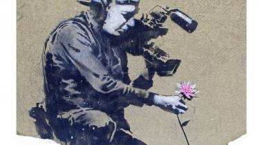Banksys skarpe punchlines og skabelon-stil dannede skole for hele street arten og gjorde ham selv til en superstjerne og hele street arten til 00'ernes store kunstbevægelse. Men som blomsten på hans værk her - der kunne ses på en mur i Utah ved årets Sundance Filmfestival - er street arten en flygtig størrelse, der lever i det fri og risikerer at dø, når man forsøger at indfange den.