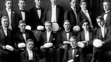 Find tre fejl. Midterrækken helt til venstre Arne Munch-Petersen, der forsvandt og døde i Stalins fængsler. Yderst til højre Mogens Fog, der blev en højt respekteret skikkelse i modstands-kampen og efterkrigstiden. Ved Fogs side bogens hovedperson Otto Melchior, der først nu får en grundigere belysning. Var deres oprør mod den påtvungne standsbevidsthed så uforståeligt?
