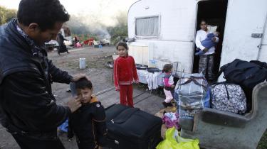 En romafamilie gør sig klar til at forlade en lejr i det nordlige Frankrig og rejse tilbage til Rumænien. EU-Kommissionen har kritiseret Frankrig hårdt for hjemsendelserne af romaer.